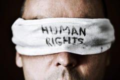 Junger Mann mit einer Augenbinde mit den Menschenrechten des Textes Stockbild