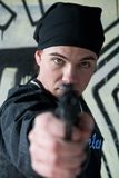 Junger Mann mit einer Gewehr stockbilder