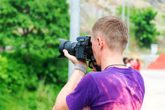 Junger Mann mit einer Kamera Stockfotografie