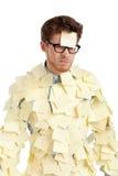 Junger Mann mit einer klebrigen Anmerkung über sein Gesicht, abgedeckt mit gelben Aufklebern Lizenzfreies Stockbild