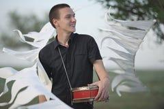Junger Mann mit einer Trommel Stockbilder