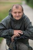 Junger Mann mit Fahrrad lizenzfreie stockfotografie