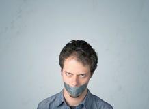 Junger Mann mit geklebtem Mund Lizenzfreie Stockfotografie