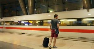 Junger Mann mit Gepäck erhalten bordeigen, zu fasten EIS-Zug-Wartezug stock video footage