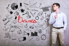 Junger Mann mit Geschäftsgekritzel stockbilder