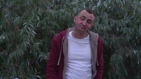 Junger Mann mit Gesicht voll von Lippenstiftkennzeichen von Küssen gähnt stock video footage