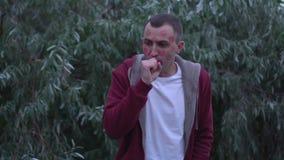 Junger Mann mit Gesicht voll von Lippenstiftkennzeichen von Küssen hustet stock footage