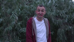 Junger Mann mit Gesicht voll von Lippenstiftkennzeichen von Küssen lacht, glückliches Gesicht stock video footage