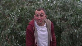 Junger Mann mit Gesicht voll von Lippenstiftkennzeichen von Küssen schaut überrascht positives menschliches Gefühl stock video