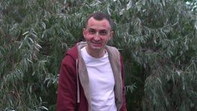Junger Mann mit Gesicht voll von Lippenstiftkennzeichen von Küssen sendet Luftkuß stock footage