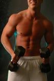 Junger Mann mit Gewichten Stockfotos