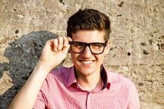 Junger Mann mit Gläsern Stockbild