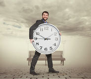 Junger Mann mit großer Uhr Lizenzfreie Stockbilder