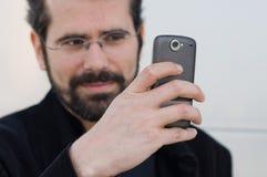Junger Mann mit Handy lizenzfreies stockbild