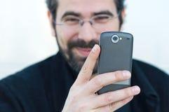 Junger Mann mit Handy stockbilder