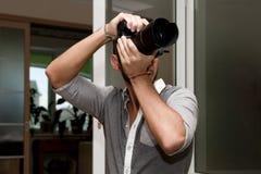 Junger Mann mit Kamera Stockfoto
