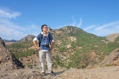 Junger Mann mit Kamera oben auf Karadag Berg Lizenzfreie Stockfotografie