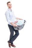 Junger Mann mit Kleidungskorb Stockfoto