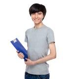 Junger Mann mit Klemmbrett Stockfotografie