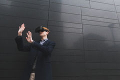 Junger Mann mit Kopfhörer der virtuellen Realität Lizenzfreies Stockfoto