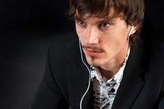 Junger Mann mit Kopfhörern Lizenzfreie Stockfotografie