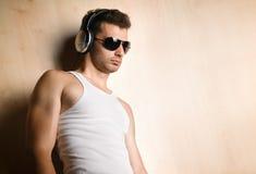 Junger Mann mit Kopfhörern Stockfoto