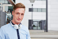 Junger Mann mit Kopfhörern Stockbilder