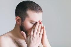 Junger Mann mit Kopfschmerzen Lizenzfreies Stockbild