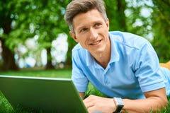 Junger Mann mit Laptop Lizenzfreies Stockfoto
