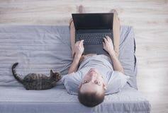 Junger Mann mit Laptop stockbilder