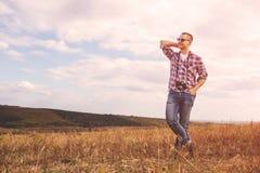 Junger Mann mit Lebensstil Hippie der Retro- Fotokamera im Freien Stockbilder