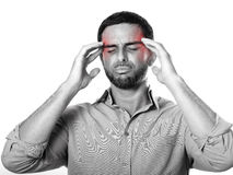 Junger Mann mit leidenden Kopfschmerzen und Migräne des Bartes im Schmerzausdruck lizenzfreie stockbilder