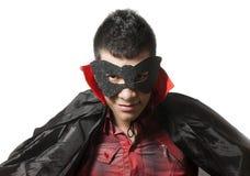 Junger Mann mit Maske und Kap Lizenzfreie Stockfotos