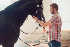 Junger Mann mit Pferd Des Herbstes Szene draußen Stockfoto