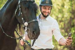 Junger Mann mit Pferd Des Herbstes Szene draußen Lizenzfreie Stockfotos