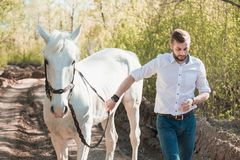 Junger Mann mit Pferd Des Herbstes Szene draußen Lizenzfreie Stockbilder