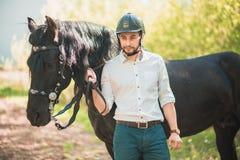 Junger Mann mit Pferd Des Herbstes Szene draußen Stockfotografie