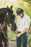 Junger Mann mit Pferd Des Herbstes Szene draußen Lizenzfreie Stockfotografie