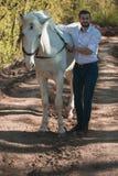 Junger Mann mit Pferd Des Herbstes Szene draußen Lizenzfreies Stockbild