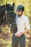 Junger Mann mit Pferd Des Herbstes Szene draußen Stockbilder