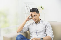 Junger Mann mit Problemen und Druck zu Hause Lizenzfreie Stockfotos
