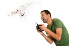 Junger Mann mit quadcopter Brummen stockfotografie