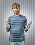 Junger Mann mit Rasiermessern Stockfotos