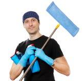 Junger Mann mit Reinigungszubehör auf Weiß Stockfotos