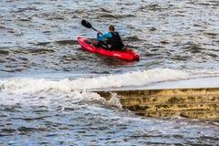 Junger Mann mit rotem Kanu Lizenzfreies Stockbild