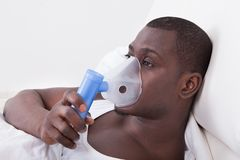 Junger Mann mit Sauerstoffmaske Stockbild