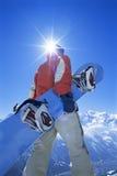 Junger Mann mit Snowboard stockfoto