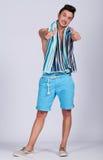 Junger Mann mit Sommerkleidung Stockfotografie