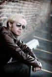 Junger Mann mit Sonnenbrillen Stockfotos