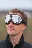 Junger Mann mit steampunk Fliegerschutzbrillen Lizenzfreies Stockfoto